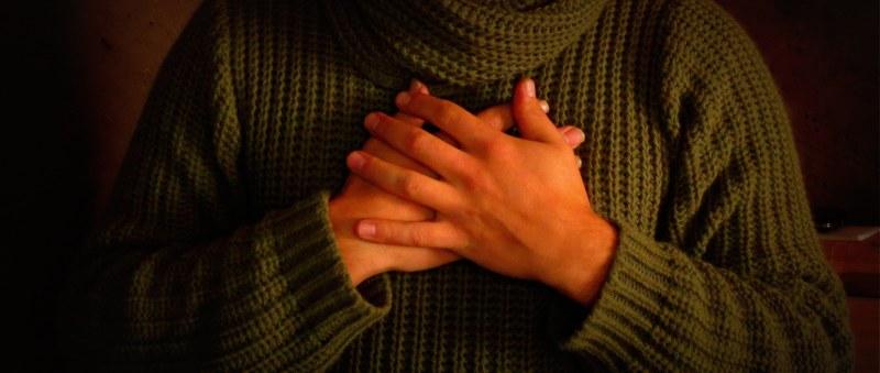 manos pecho